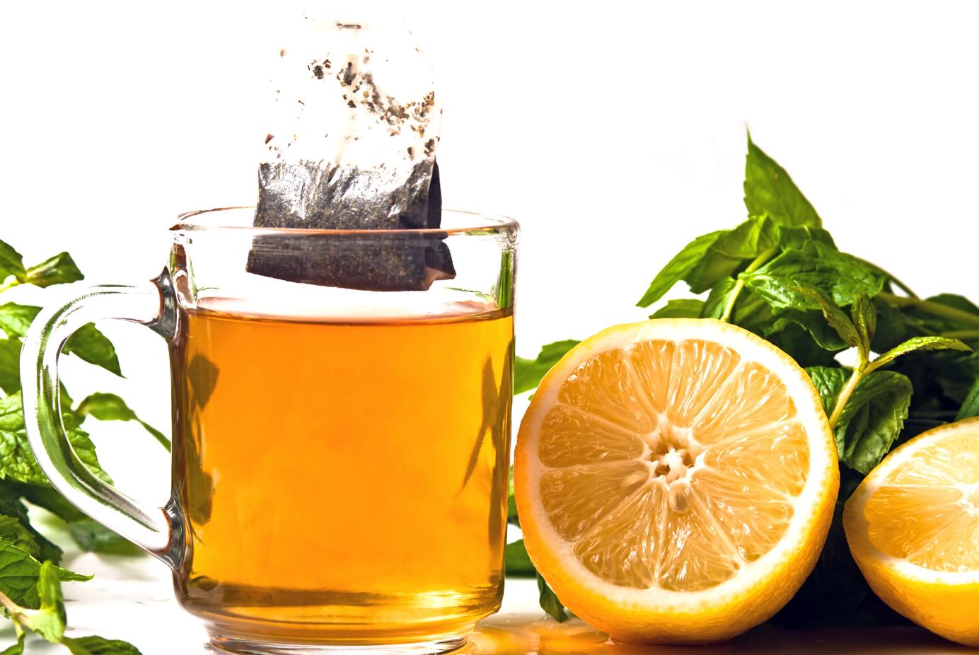 Teeglas mit Teebeutel und Zitrone